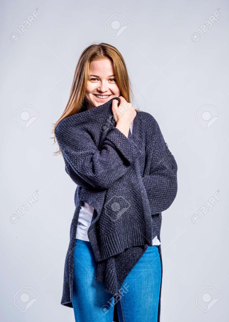 Estudio Del Sobre Vaqueros Un Gris Adolescente Y Fondo LargoMujer En Suéter Pantalones JovenTiro CxBeroWd