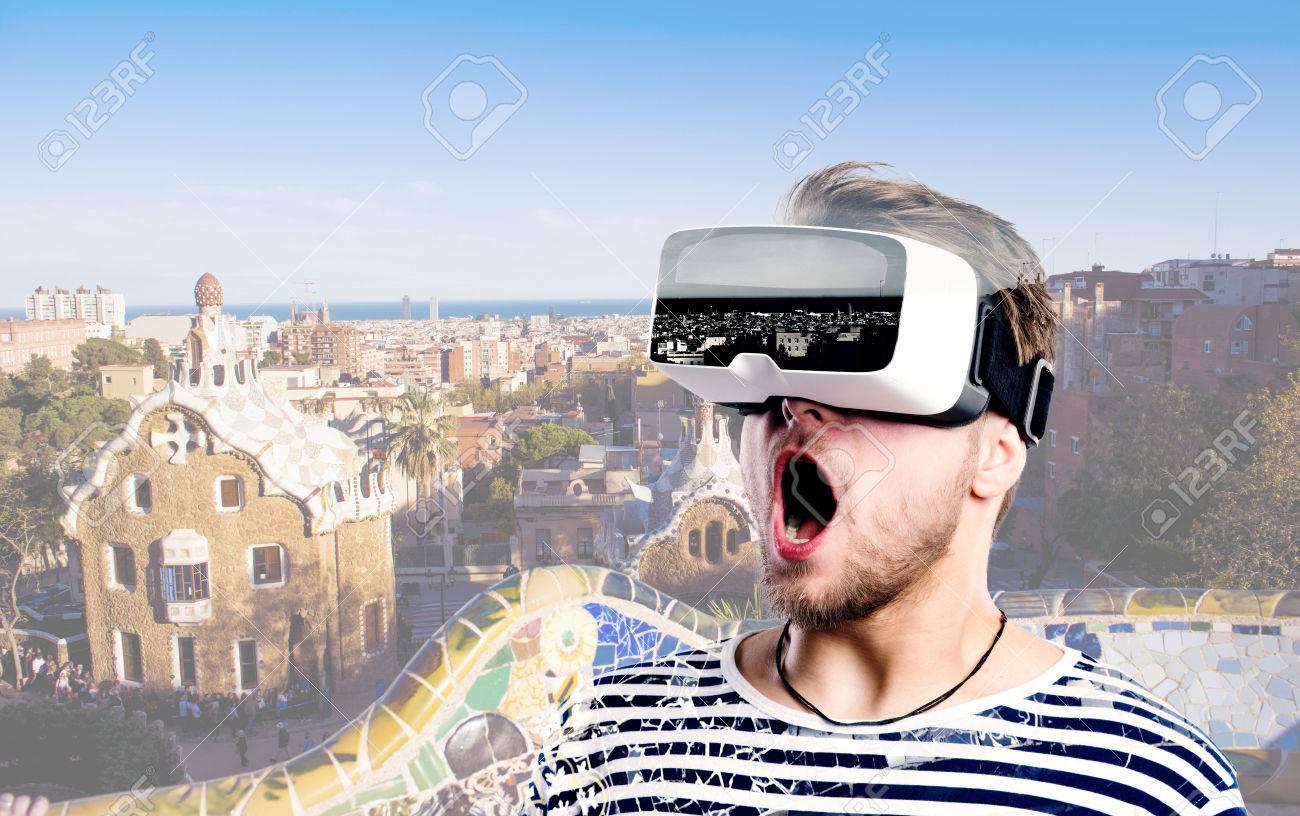 homme Hipster à rayures sweat-shirt noir et blanc portant des lunettes de réalité virtuelle. Parc Guell, Barcelone, Espagne. Banque d'images - 57788585