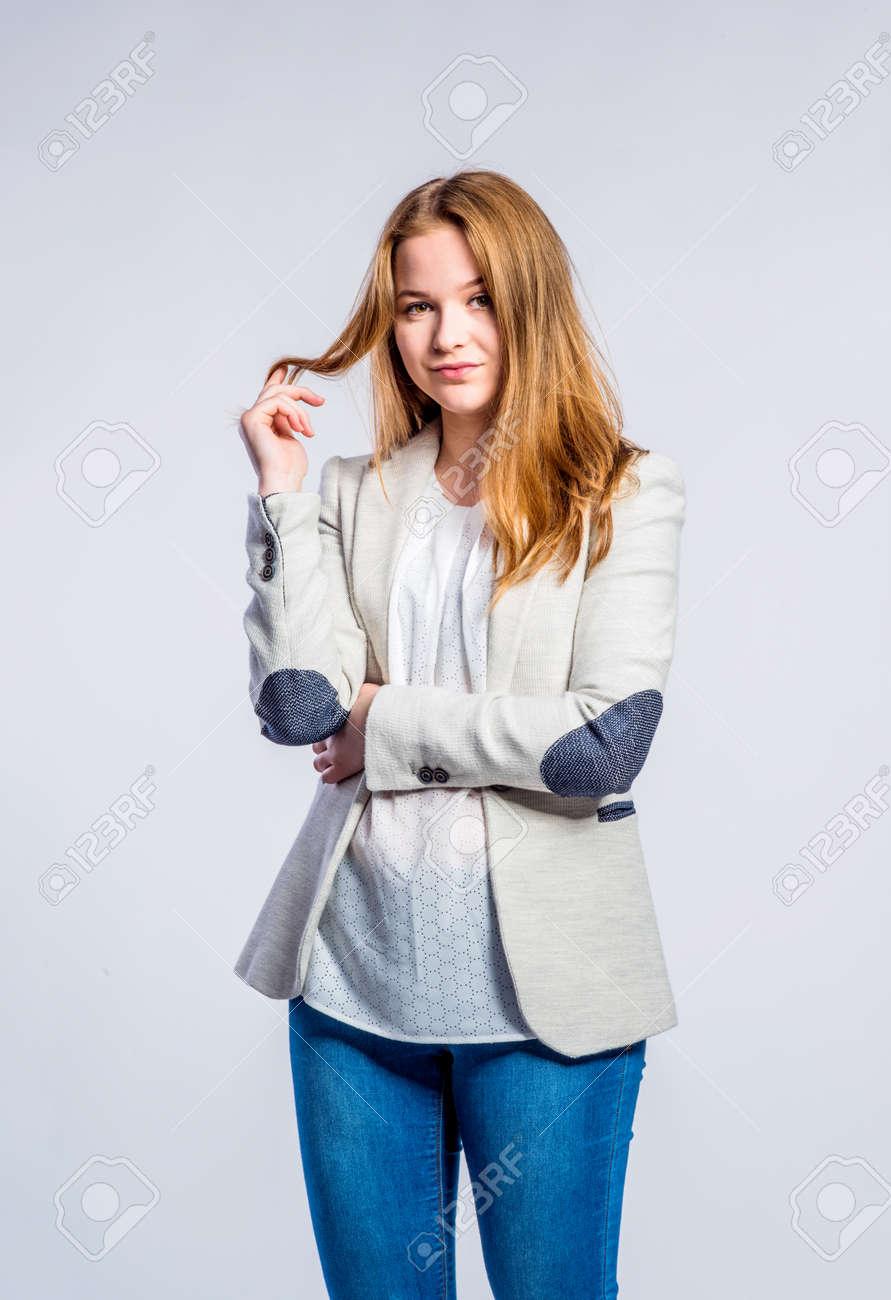 Teenager Mädchen In Jeans Und Beige Jacke Junge Frau Haaren