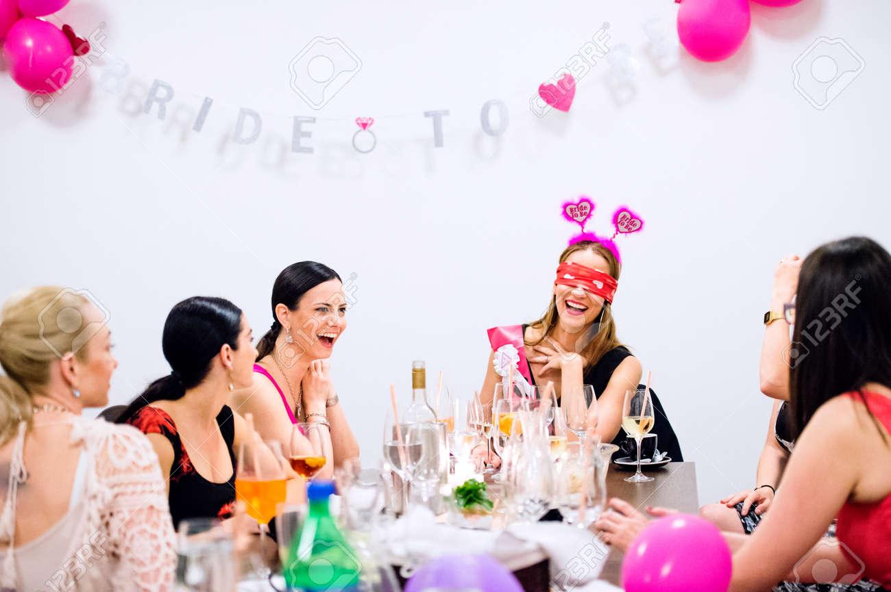 Fröhlich Braut Und Glückliche Brautjungfern Feiert ...