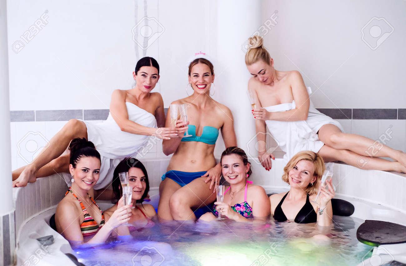 Novia Alegre Y Damas De Honor Feliz En Bikini Celebran La Fiesta De ...