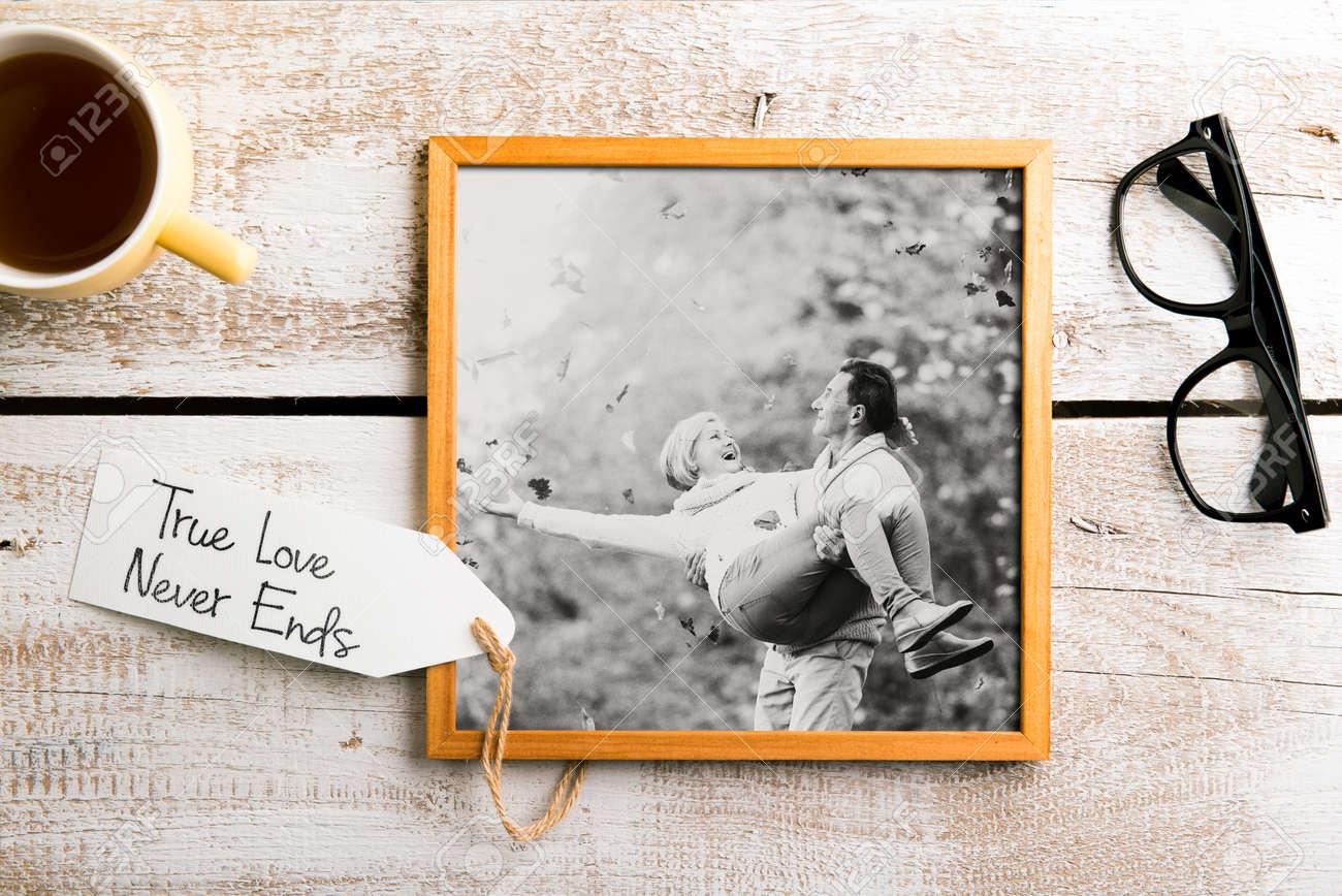 Schwarz-Weiß-Foto Von älteres Paar In Der Bilderrahmen. Studio ...