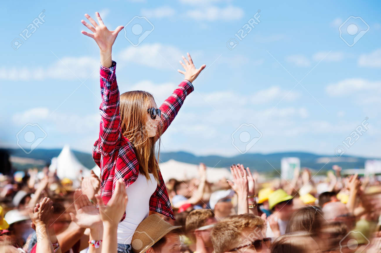 Teenagers at summer music festival enjoying themselves Banque d'images - 75745816