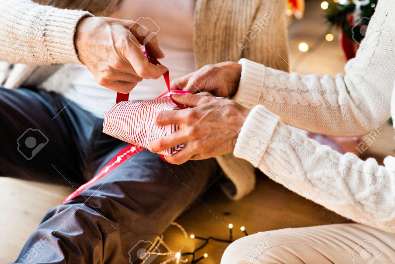 Unerkennbare ältere Paare, Die Zusammen Weihnachtsgeschenke ...