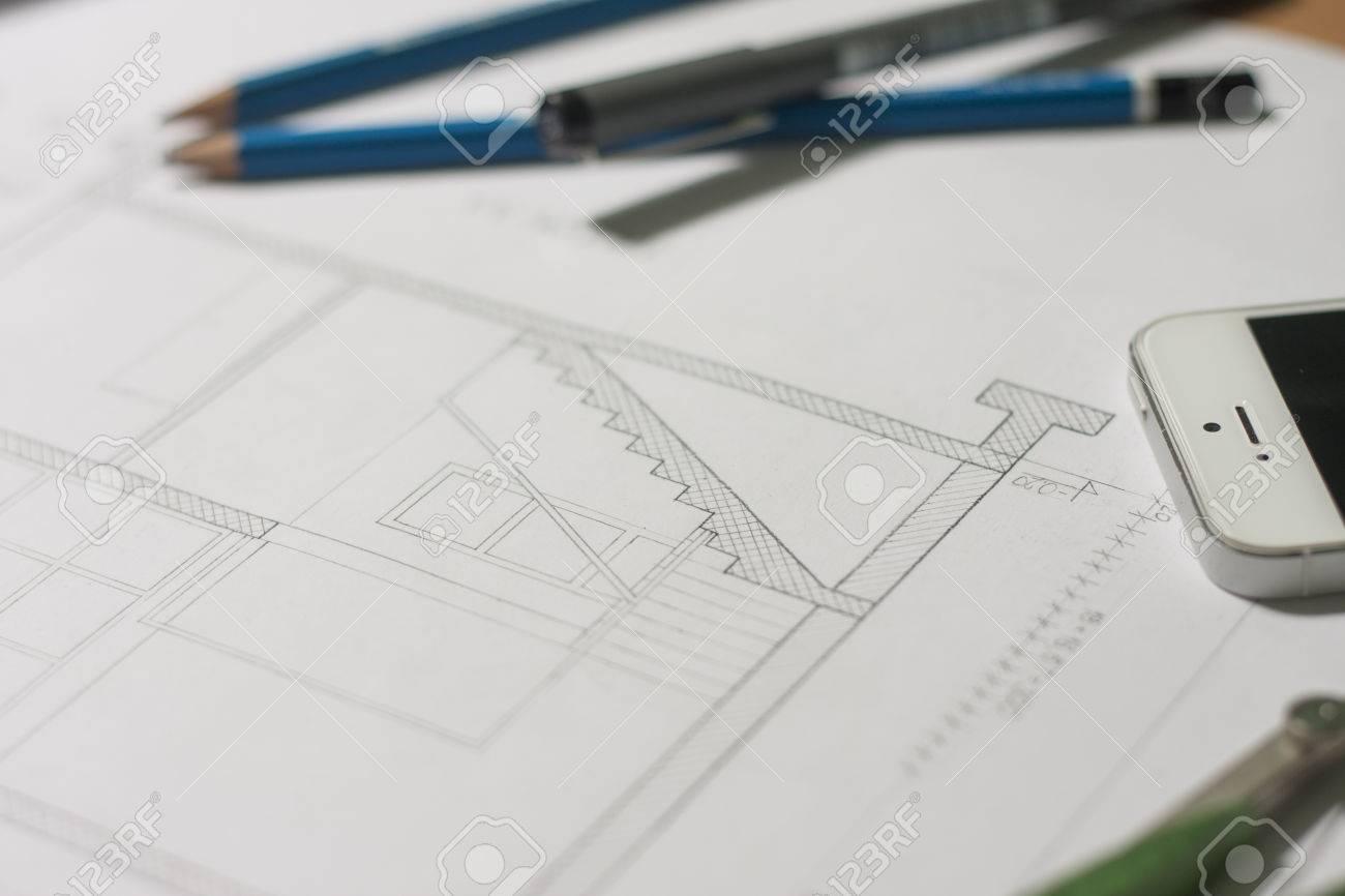 Architektonische entwã¼rfe und bauplan rollen und ein zeichengerã¤te werden auf dem architekten werktisch gesetzt