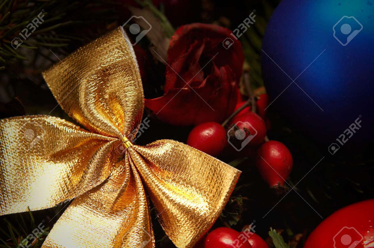 Lampadine colorate abete rosso e altre decorazioni natalizie foto