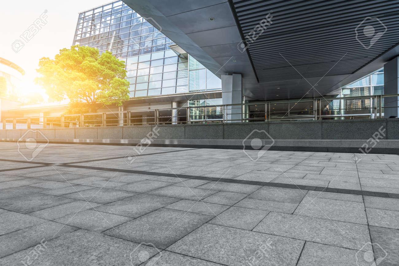 Pavimento Vacios Y Edificios Modernos En Ciudad Fotos Retratos - Pavimentos-modernos