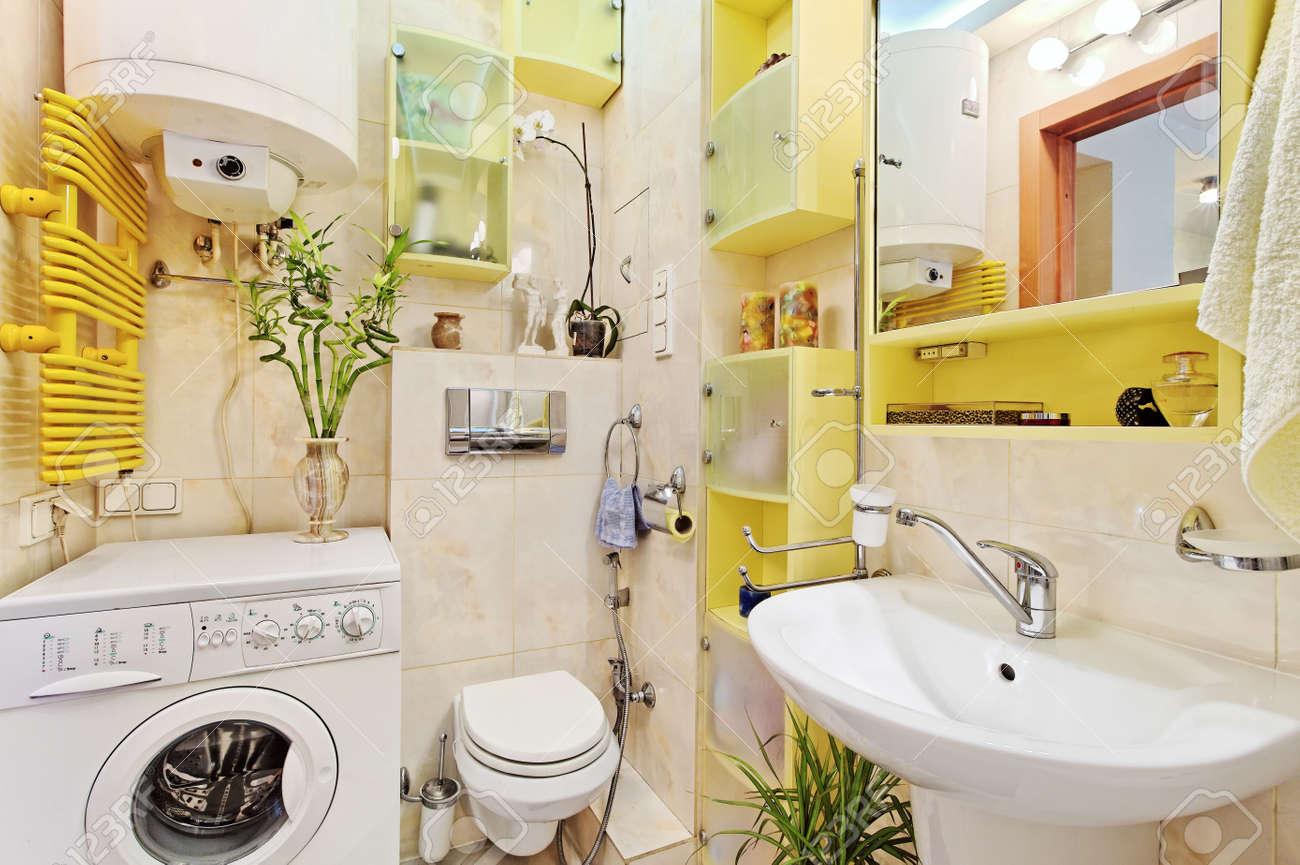 Parte Del Pequeño Cuarto De Baño Moderno Con Lavaplatos De Lavado ...