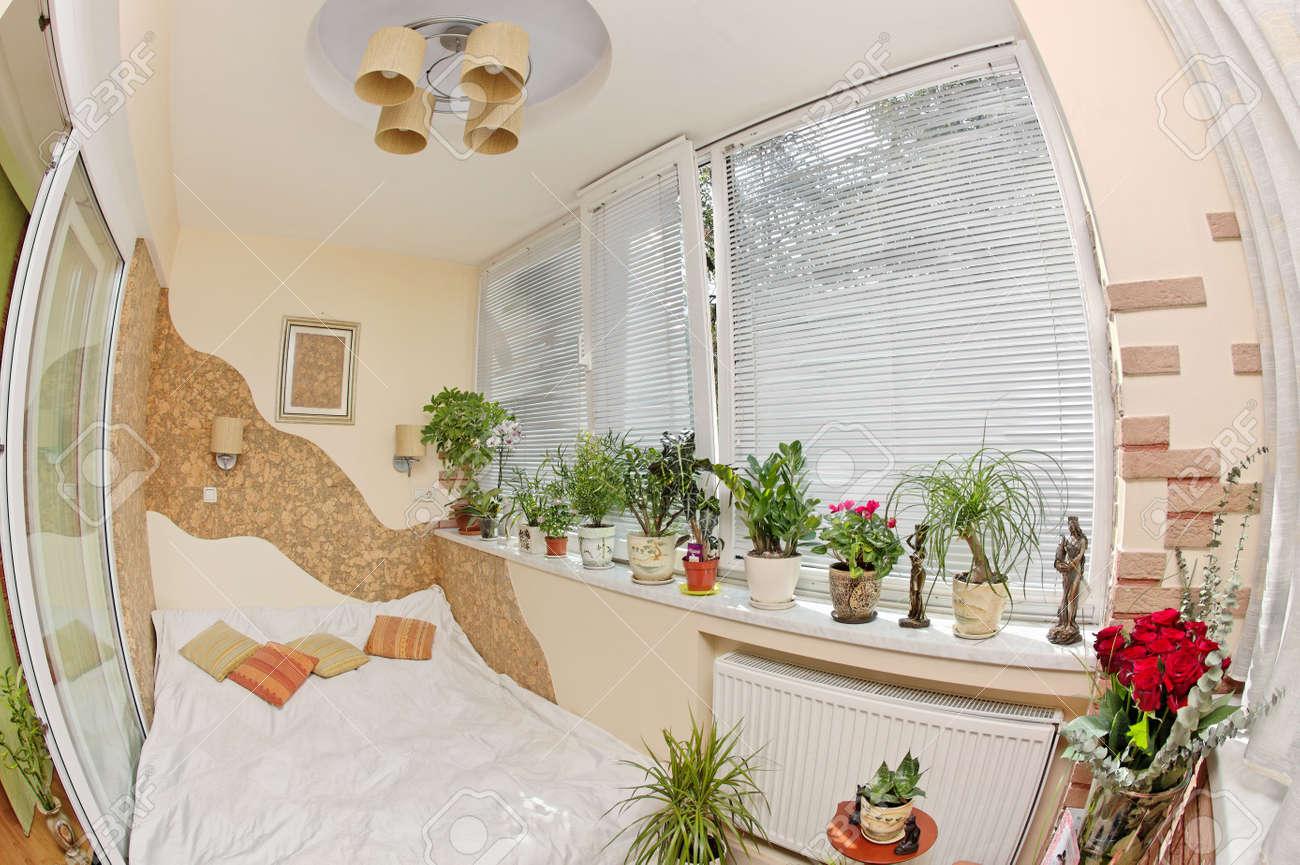 sonnigen schlafzimmer auf balkon mit fenster und pflanzen, fisheye, Schlafzimmer entwurf