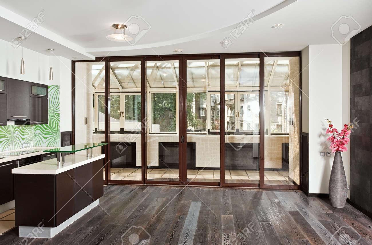 Salon Moderne Studio Et L Interieur De Cuisine Avec Balcon Et Parquet En Bois Sombre Angle De Vue Large Front