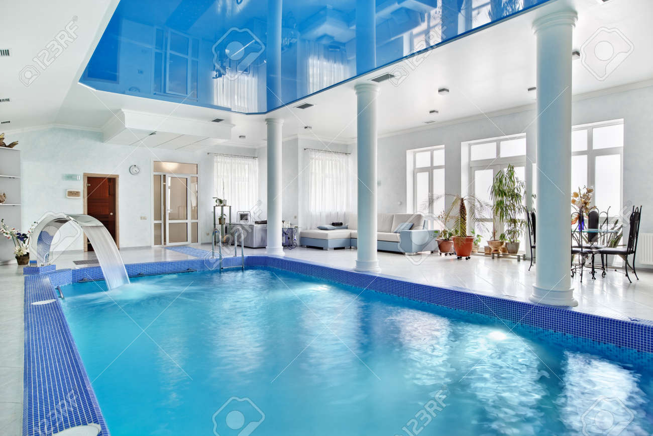 Style De Veranda Moderne indoor big blue swimming pool interior in modern minimalism style