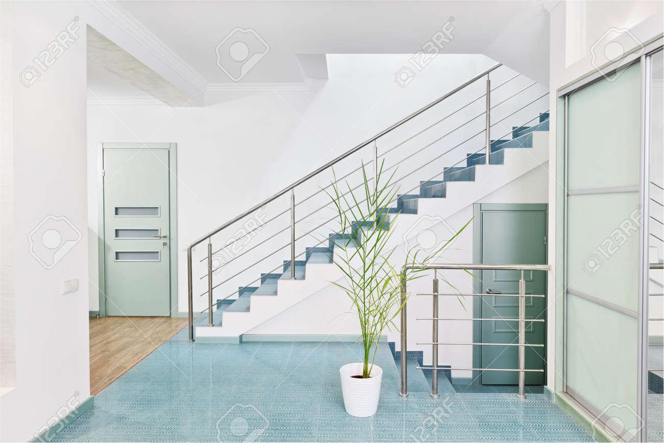 Deel van moderne hall interieur met metalen trap in minimalisme ...