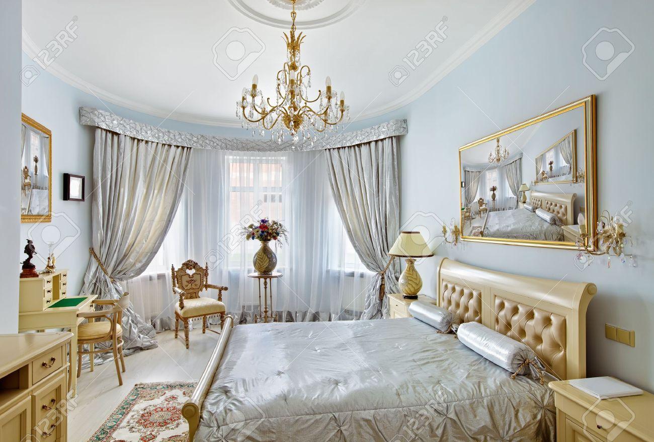 Klassieke stijl luxe slaap kamer interieur in blauwe kleuren met ...