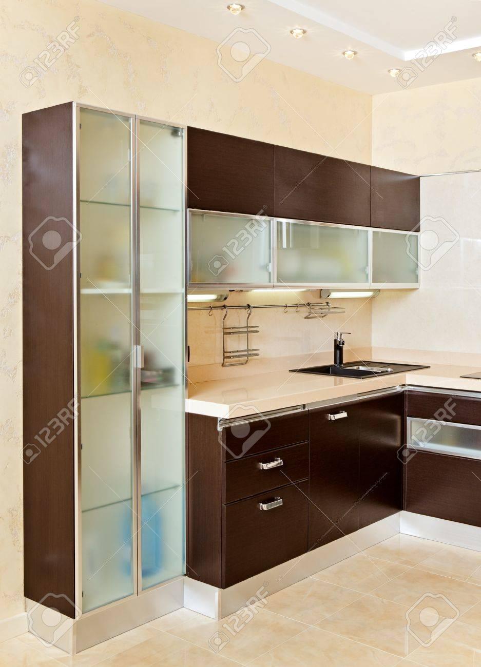 Une partie de l\'intérieur de cuisine moderne avec placard dans des tons  chauds