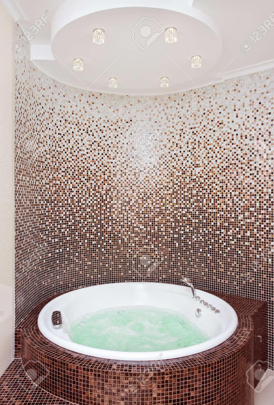 bianco jacuzzi rotonda in bagno moderno con mosaico marrone e ... - Foto Bagni Moderni Con Mosaico