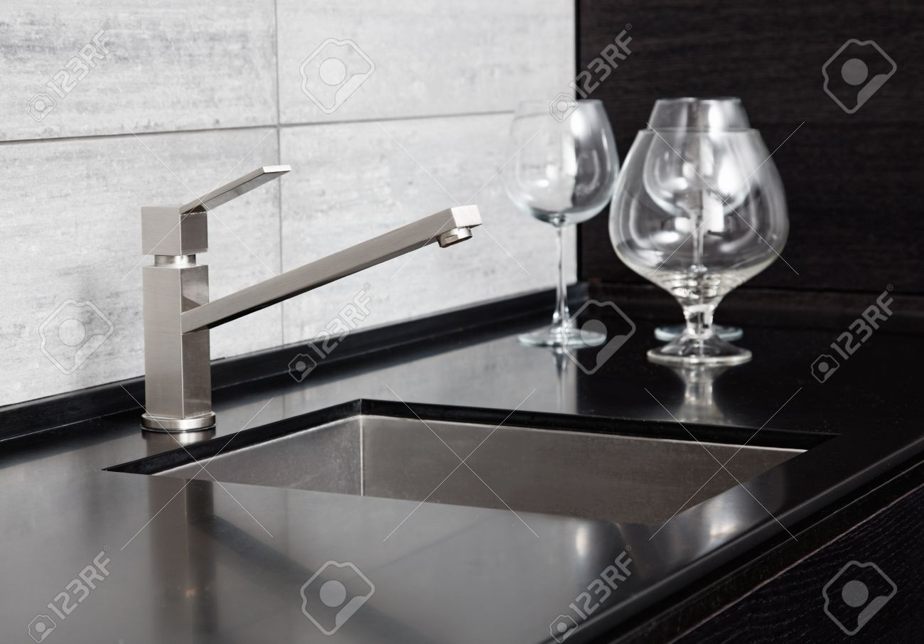 Moderne Keuken Gootsteen Met Metalen Kraan En Zwart Marmer Royalty ...