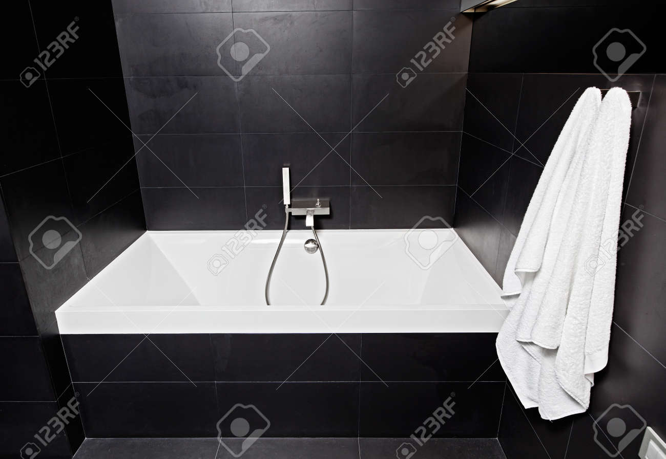 Fabulous Badezimmer Schwarz Collection Of Weißes Quadrat Badewanne Im Modernen Schwarz-weiß-badezimmer Interieur