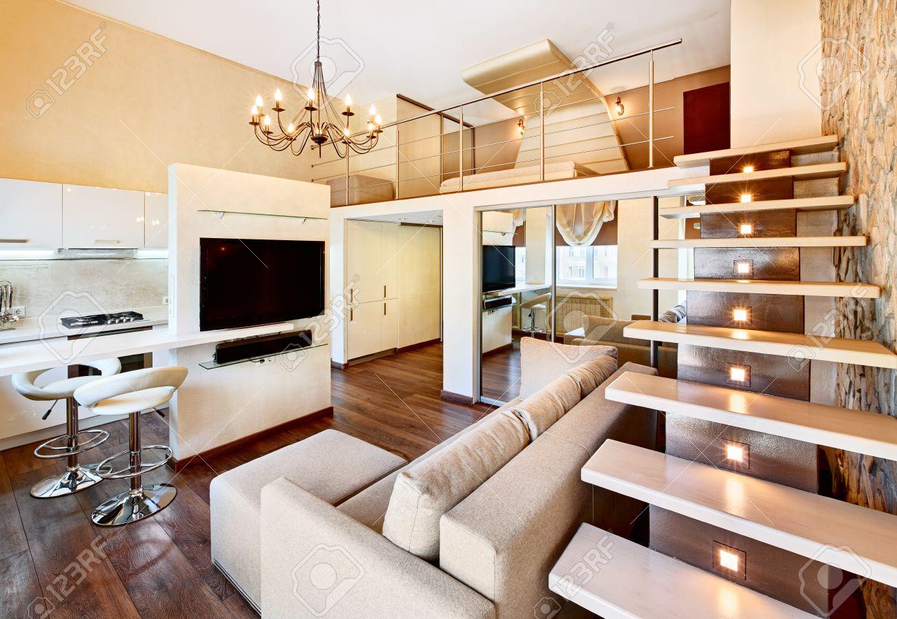 Moderner Minimalismus-Stil Mit Zwei Hohen Salon Interieur Mit Treppe ...