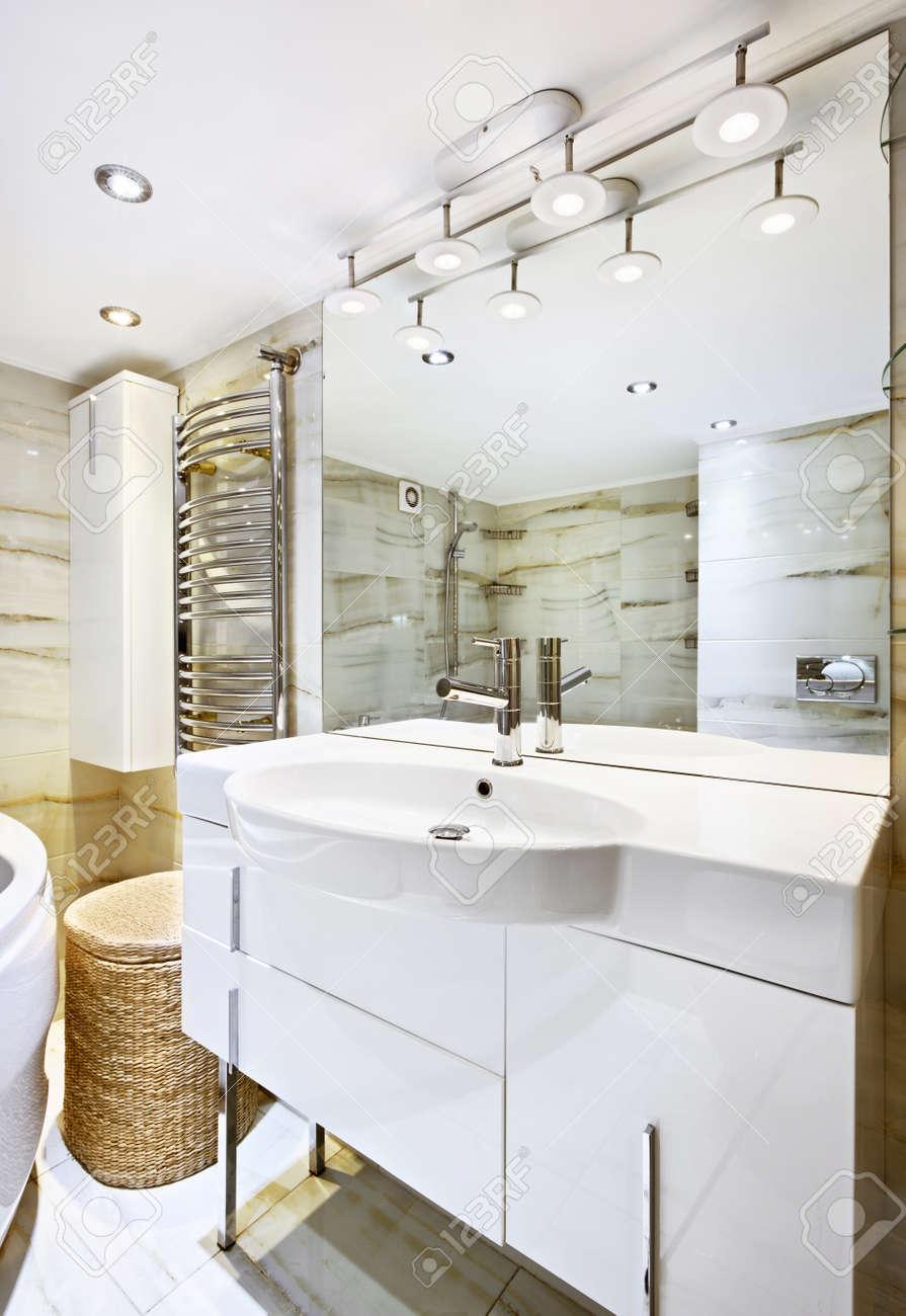 Laver stand avec miroir à l\'intérieur salle de bain moderne blanc