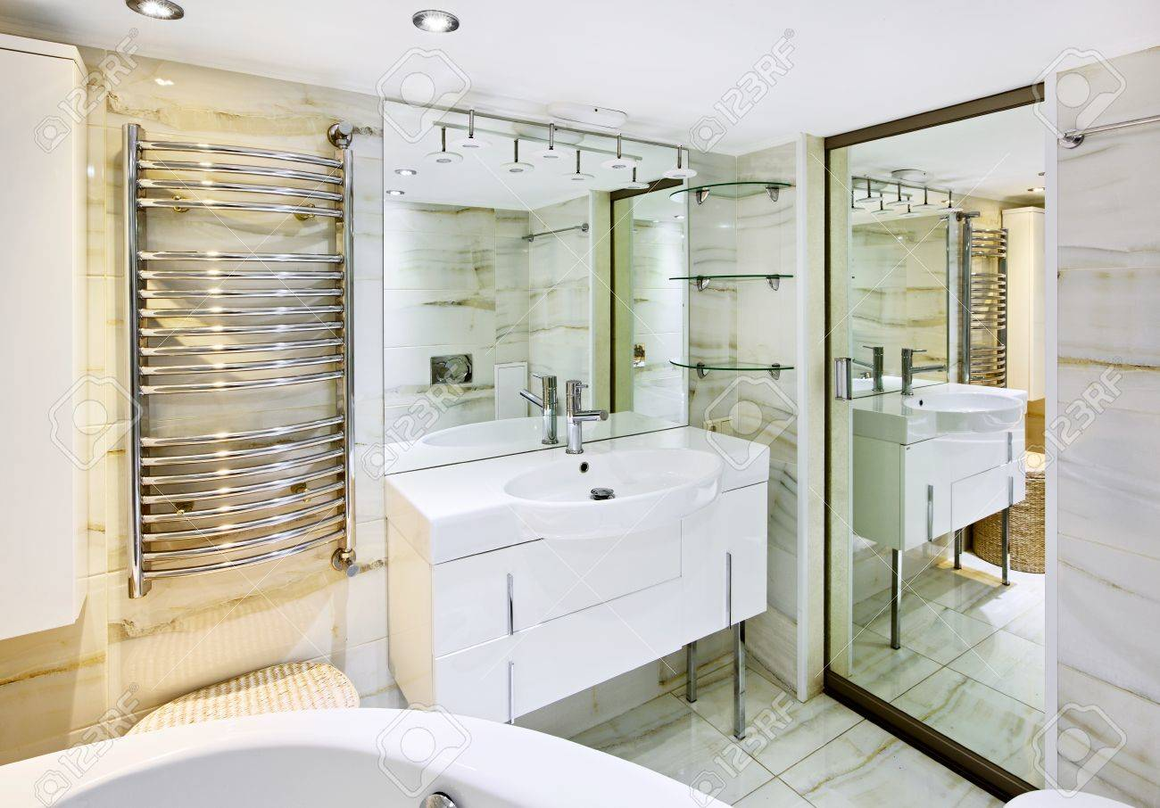 Moderne Witte Badkamer : Wassen staan u acu u acu met spiegel in de moderne witte badkamer