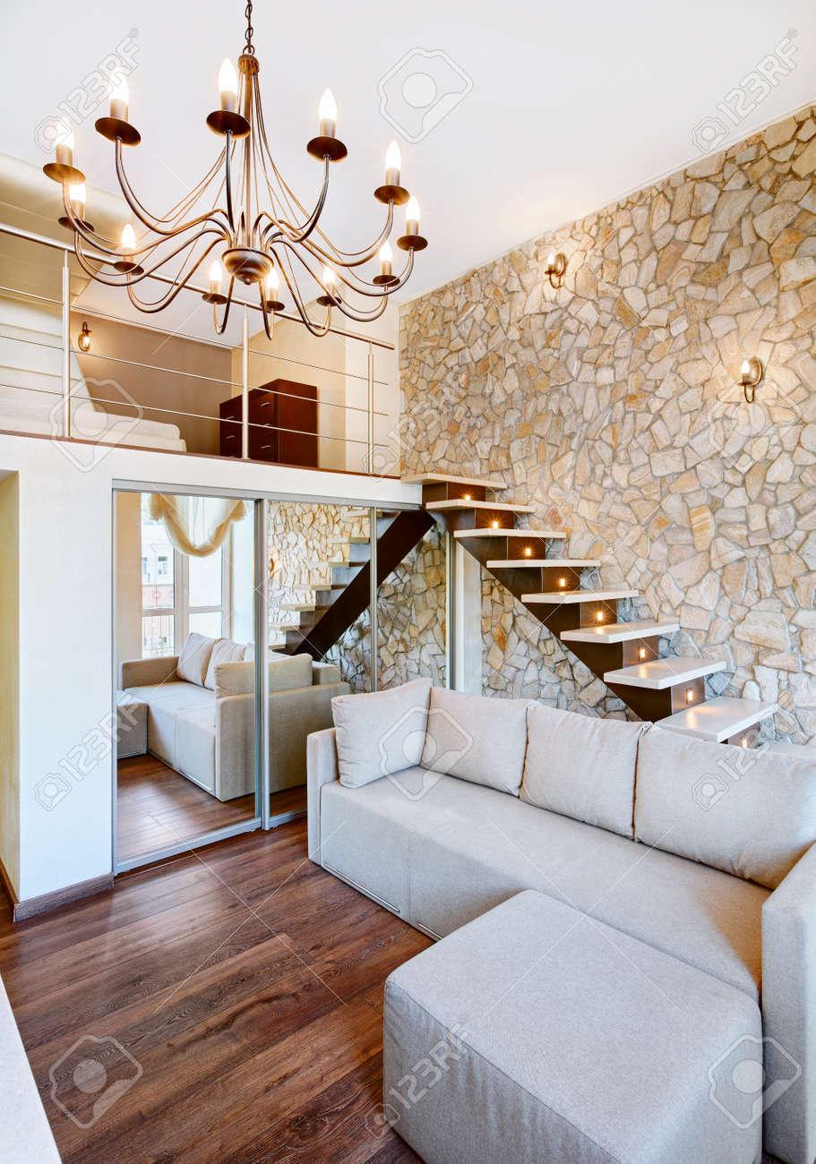 Moderne stijl twee hoog interieur woonkamer met trap en stenen ...
