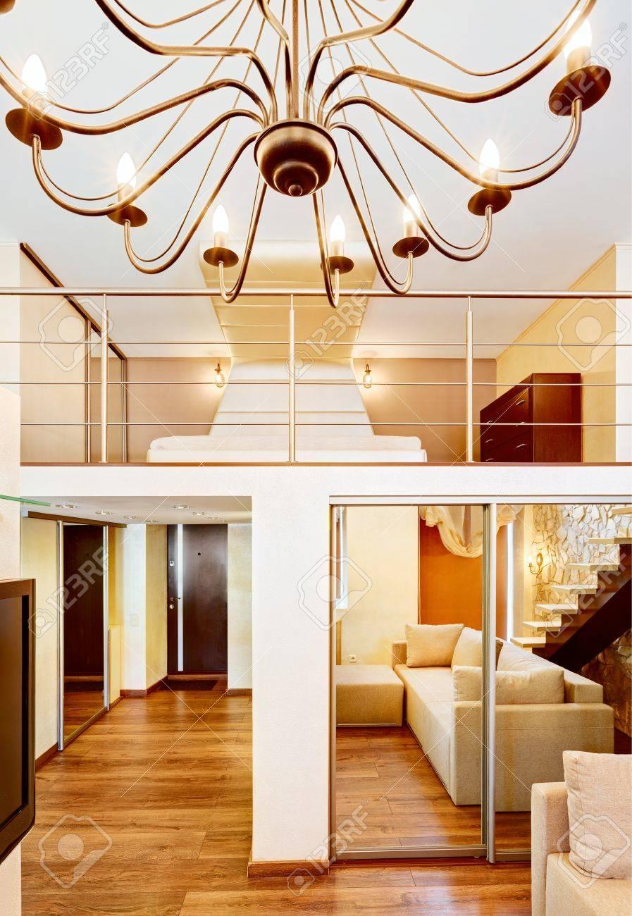 Stile moderno soggiorno di due alte e camera da letto interni con  lampadario in tonalità beige