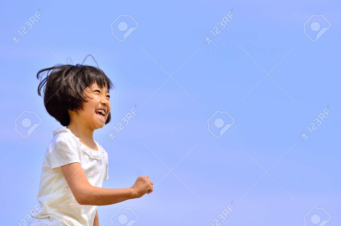 Girl running (blue sky) - 54132558