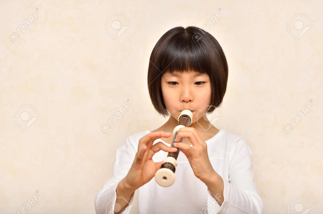 Whistling girl - 57094357