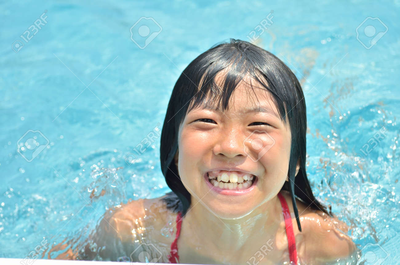 Girl playing in the pool - 61529229