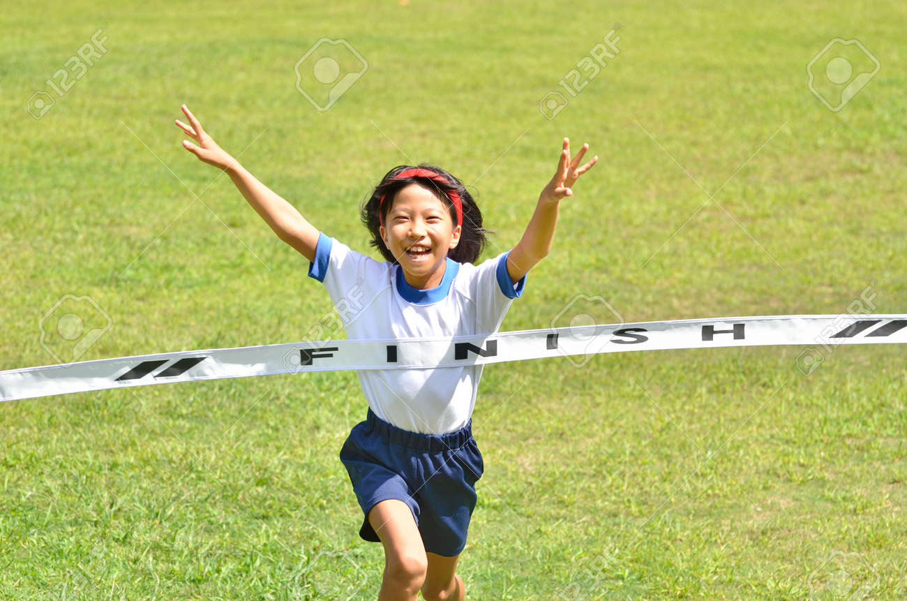 Girl finish the goal line (Sports day) - 64800068