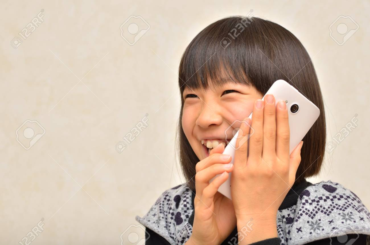 Girl talking on the mobile phone - 76924262