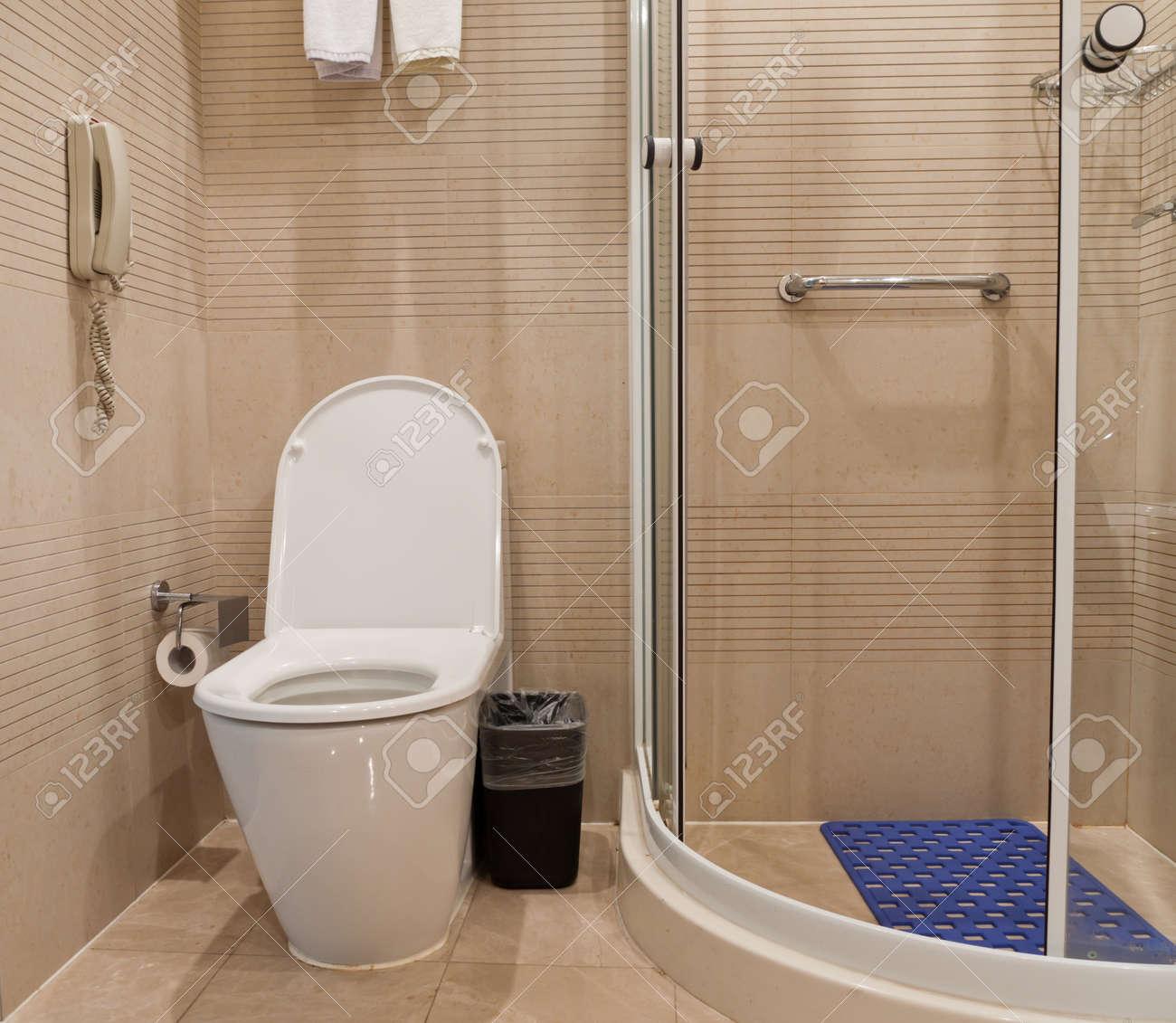 Détail salle de bains avec wc, lavabo, miroir et douche, Youngor Leidisen  Hôtel, Suzhou, en Chine