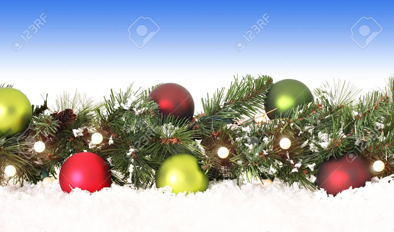 kerst rand van ever green ornamenten verlichting en sneeuw stockfoto 5767785