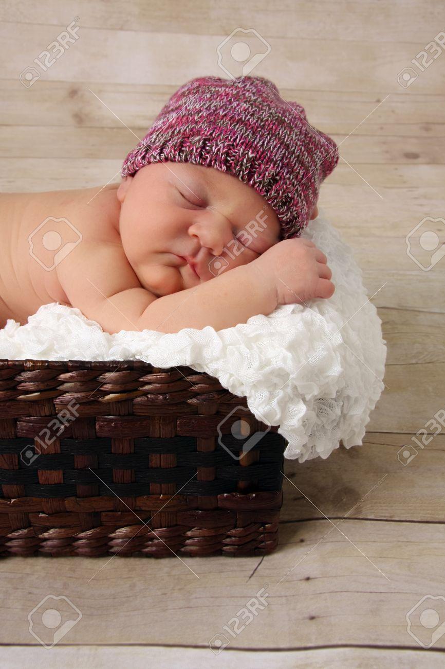 Canasta De Recien Nacido.Nina Bebe Recien Nacido Durmiendo En Una Canasta De Mimbre