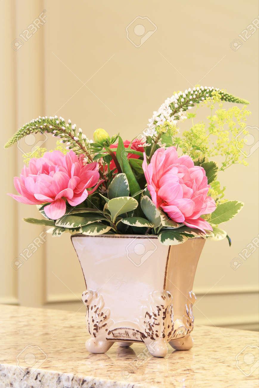 Arreglo Floral Clásico En Un Elegante Jarrón