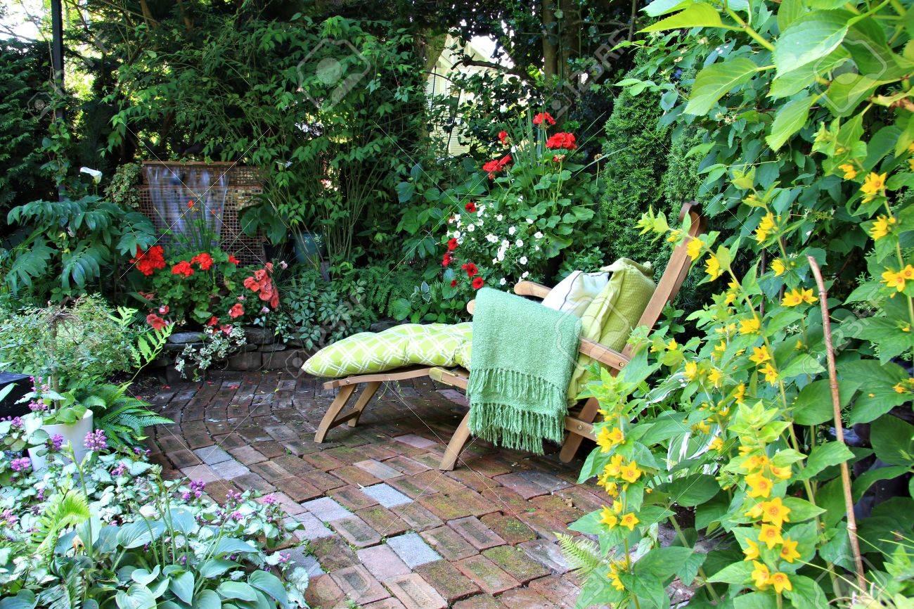 Fauteuil confortable dans un petit jardin privé Également disponible en vertical