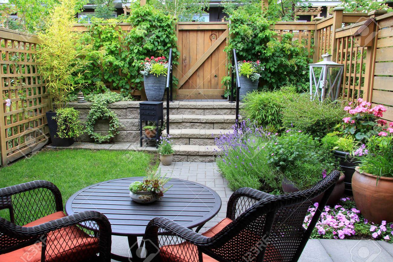 Pequeño Jardín De Casa De Pueblo Con Muebles De Patio En Medio De ...