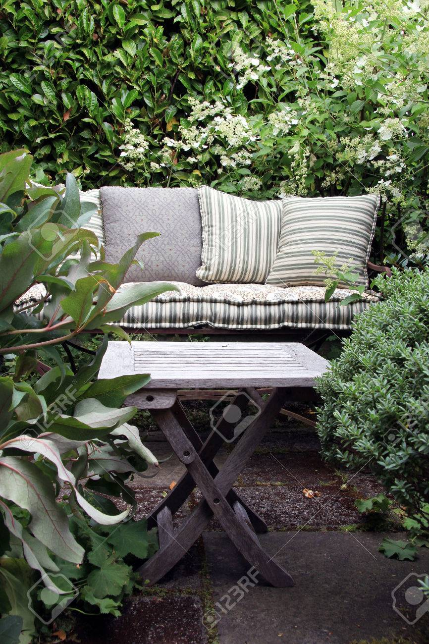 Gemütlichen Garten Lounge Sessel Mit Kissen Von Grünen Büschen