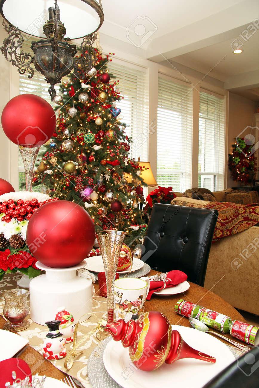 Weihnachts Tabelle Und Baum In Einem Gemütlichen Wohnzimmer. Standard Bild    65914419