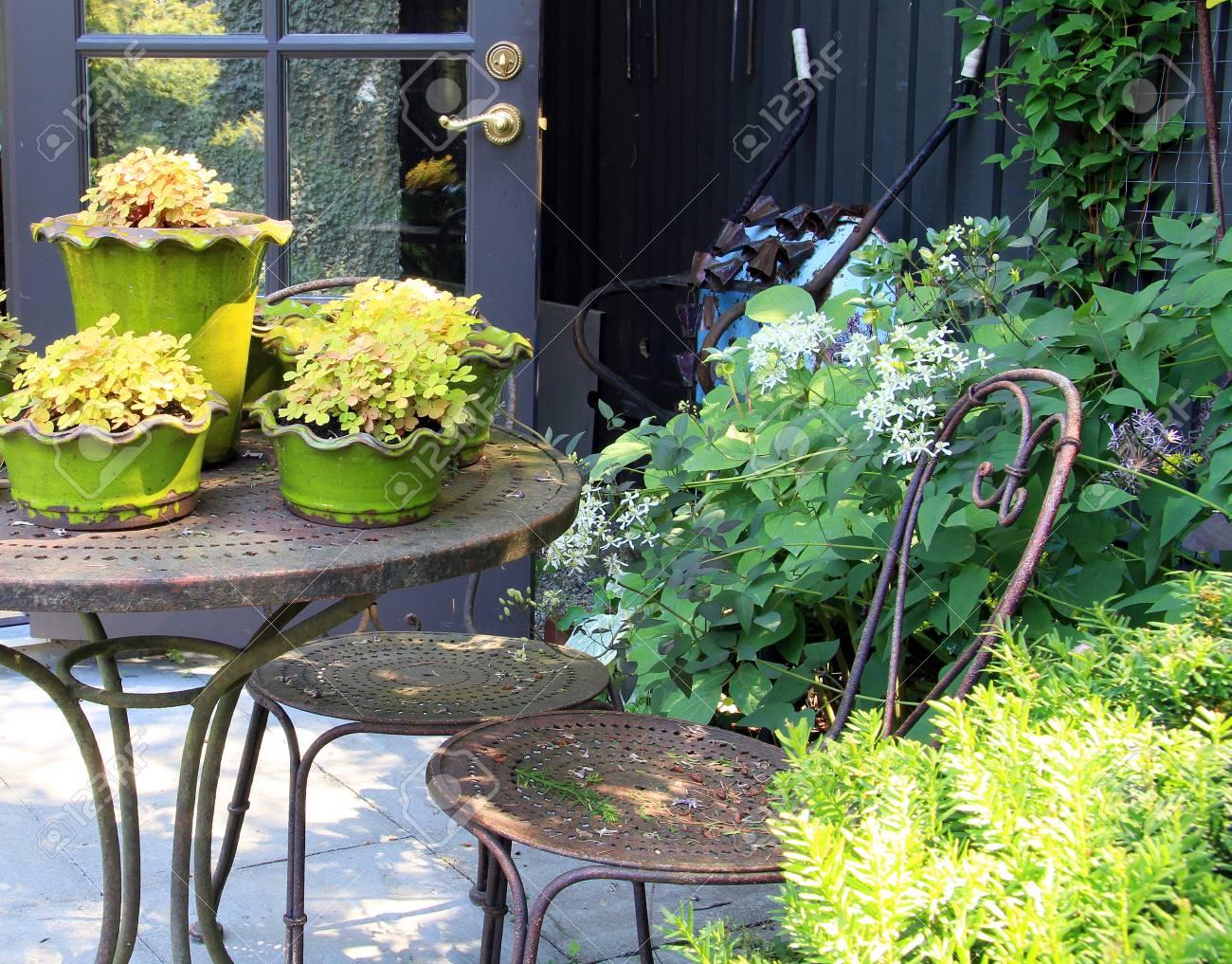 Frühling Garten Mit Gartenmöbeln Und Topfpflanzen Lizenzfreie Fotos