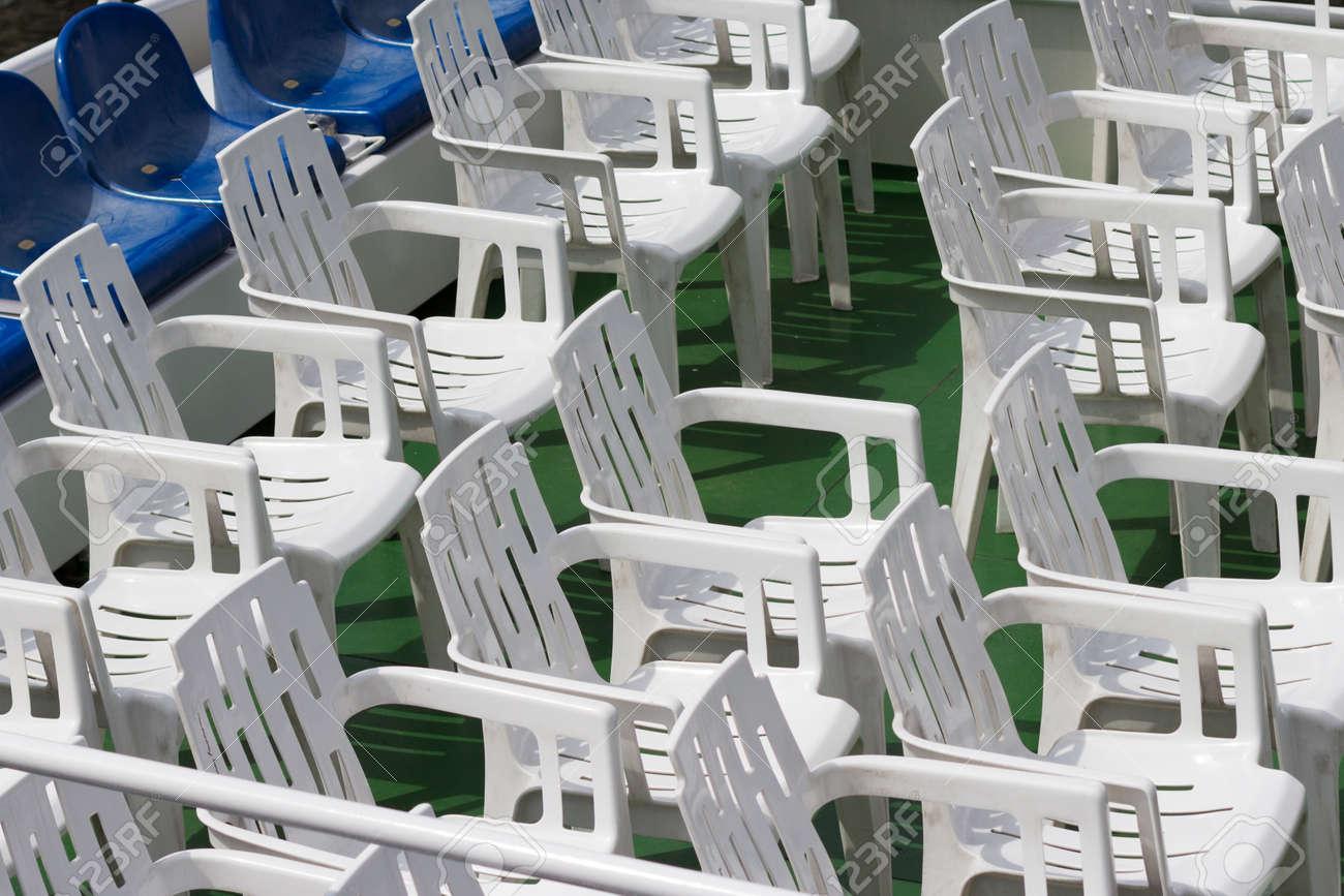 Sedie Di Plastica Bianche.Immagini Stock Molte Sedie Di Plastica Bianca Vuota In Fila Image