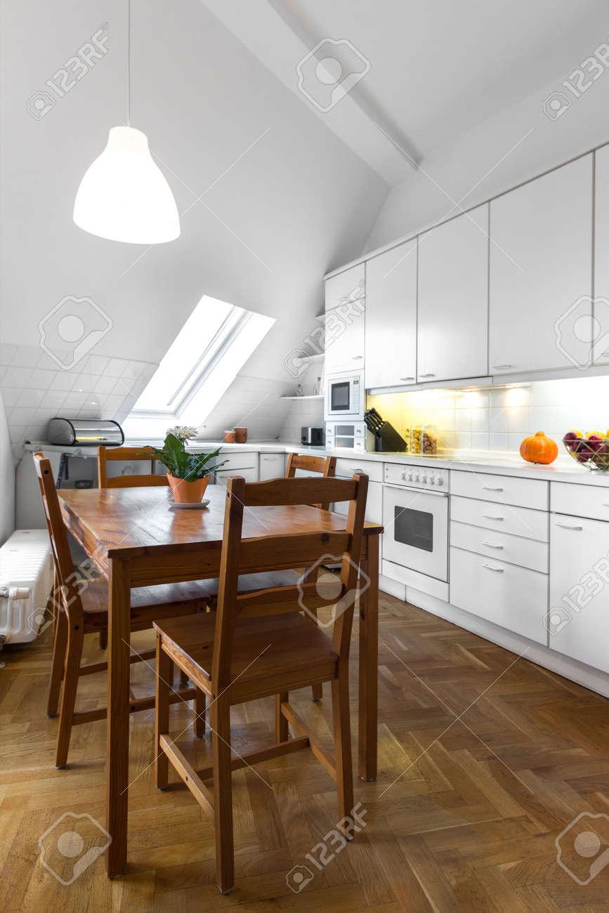 Klassische Weiße Küche Mit Holztisch Und Parkettboden Lizenzfreie ...