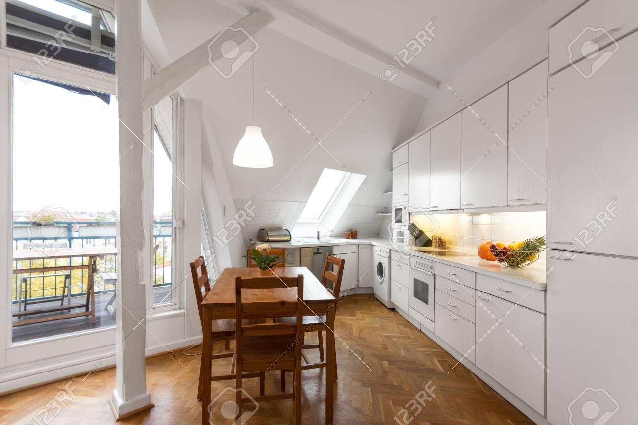 Weisse Kuche Mit Holzboden In Schones Zuhause Lizenzfreie Fotos