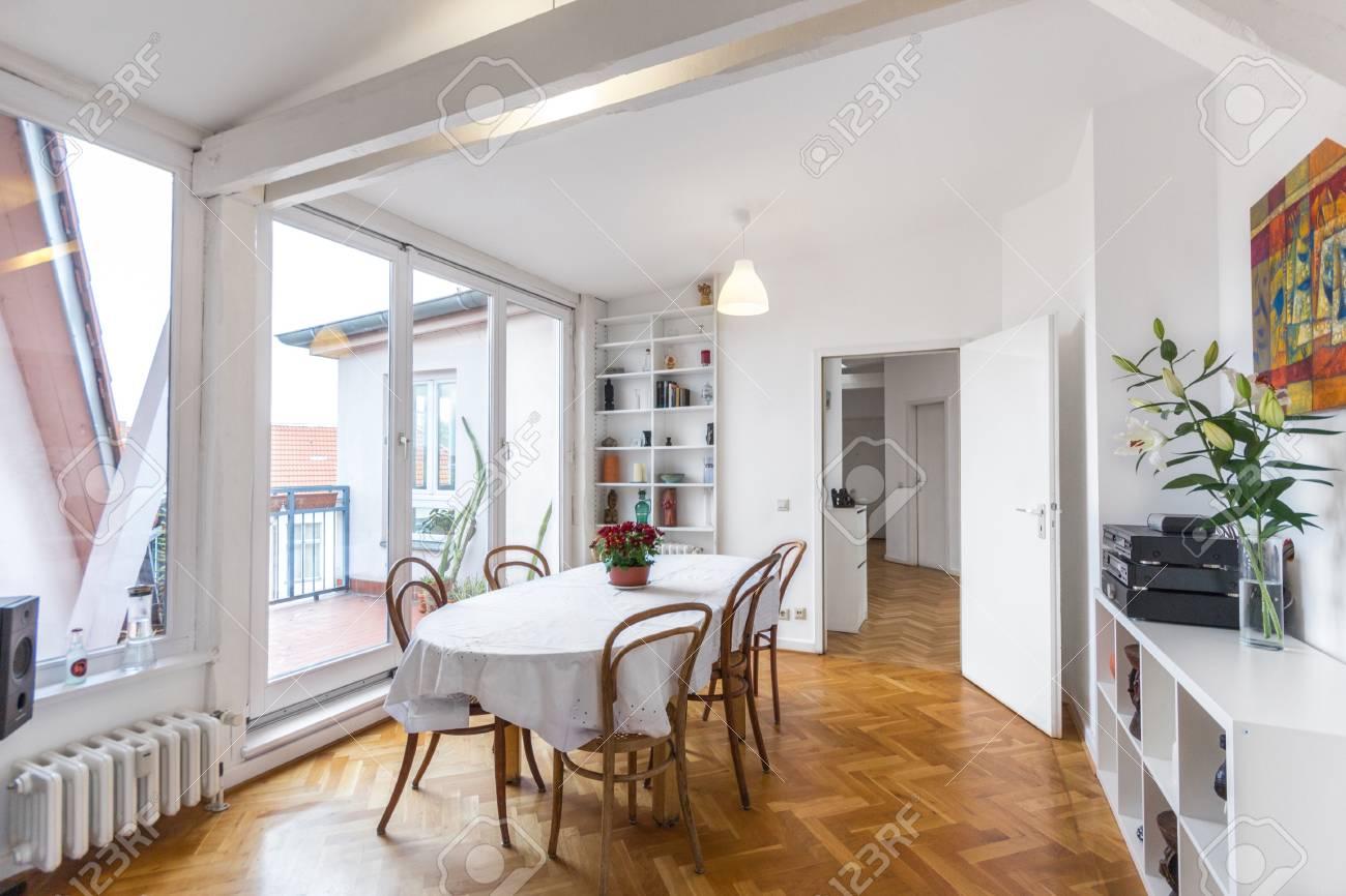 Esszimmer Mit Grossem Esstisch In Bautiful Wohnung Lizenzfreie Fotos Bilder Und Stock Fotografie Image 66779914