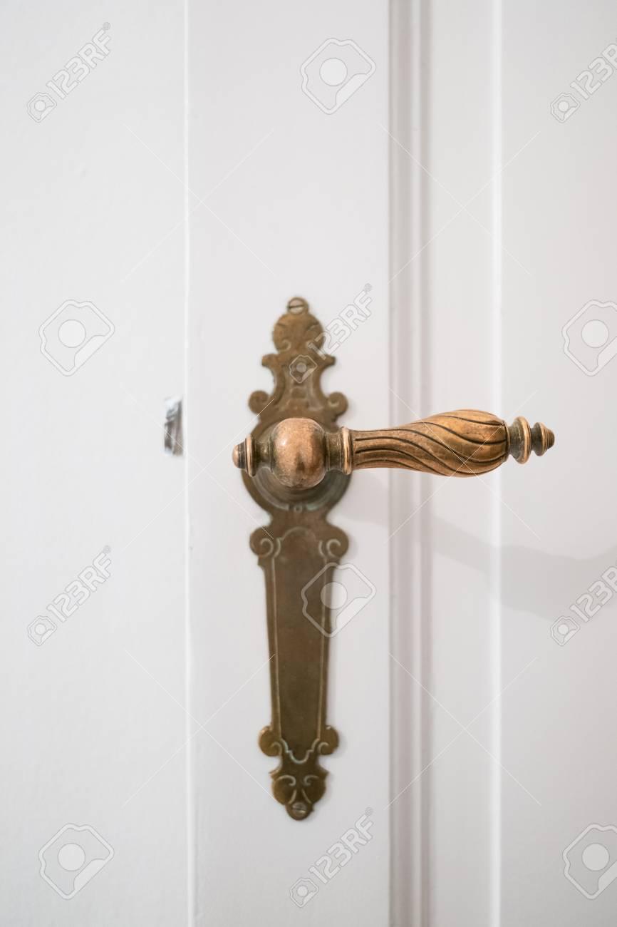 Belle Poignee De Porte Ancienne Sur Porte Blanche Banque D Images Et