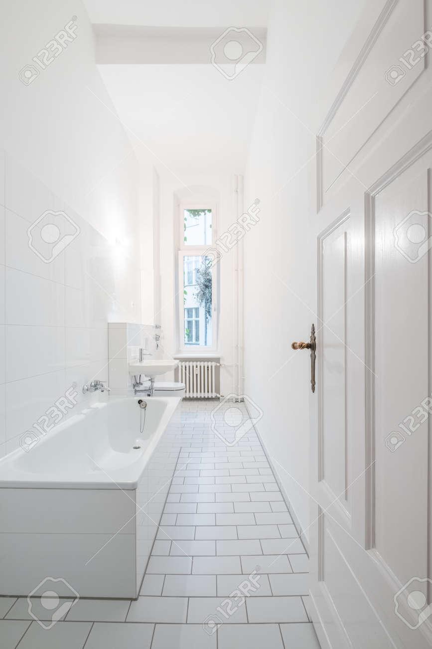 Alicatado Baño | Bano Blanco Bano Alicatado Con Banera Fotos Retratos Imagenes Y
