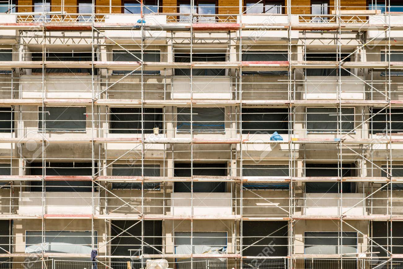 Gerüstbau Auf Gebäudefassade, Baustelle Mit Rahmen Beim Bauen ...