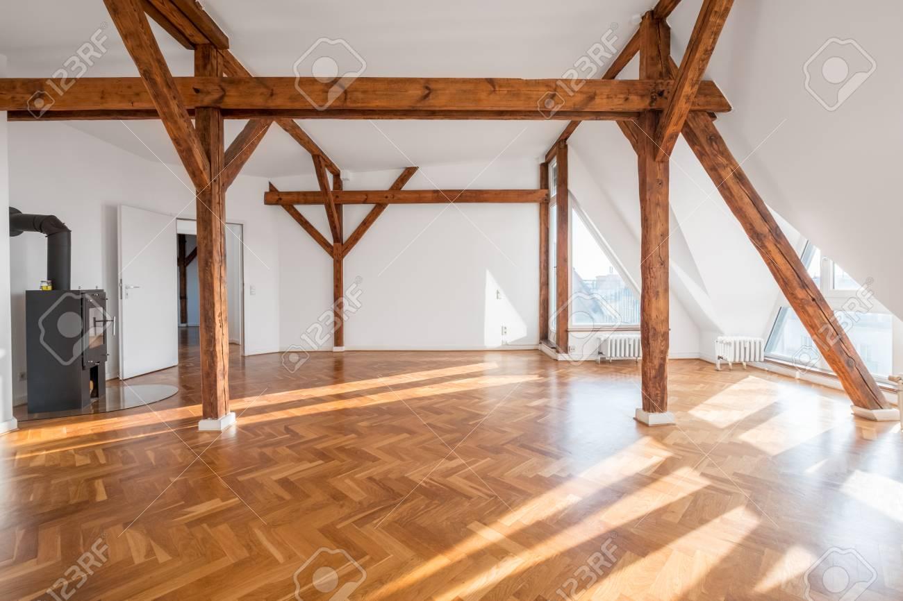 chambre loft vide avec cheminée et poutres en bois - banque d'images