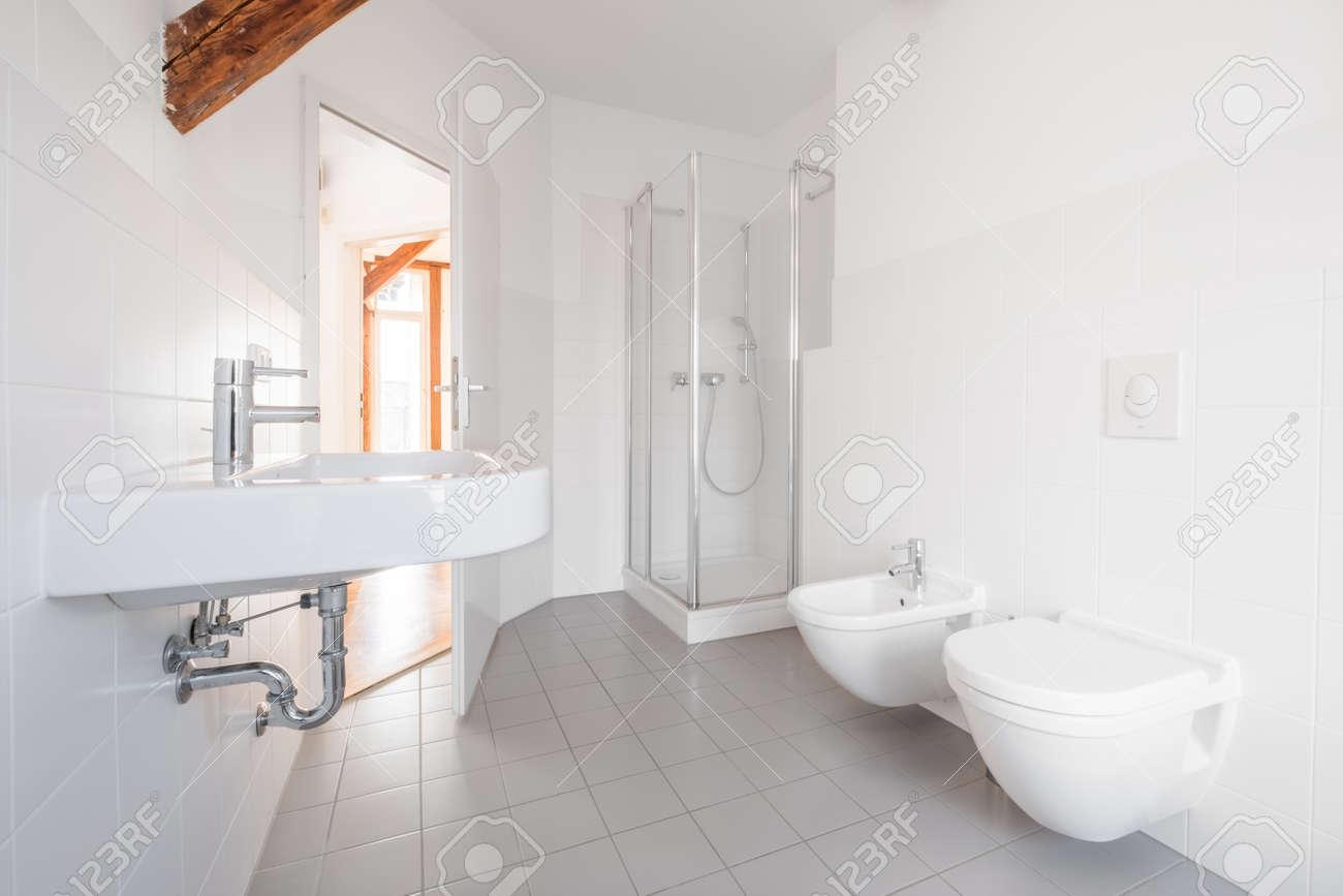 Modernes Badezimmer - Weiße Geflieste Badewanne Mit Dusche ...