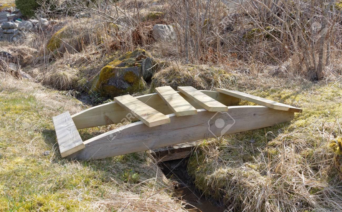 Fabriquer Un Petit Pont De Bois construire un petit pont en bois cintré dessus de la tranchée construit en  bois imprégnée